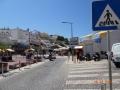 Carvoeiro square avec plage bars et restaurants et où le annuel Black and White Night est tenue.