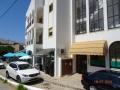 Entrée à Aurora Mar appartements au coin du café Fino.