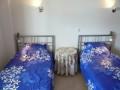 Deuxième chambre à coucher avec deux lits simples.