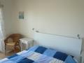 Chambre avec balcon et air conditionné.