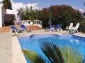 Belle piscine privée avec vue et dans un beau jardin.