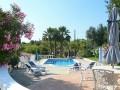 Grandes terrasses de vie autour de la piscine de la maison de vacances Algarve.