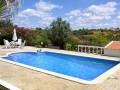 Spacieuse piscine privée avec terrasses et de belles vues.