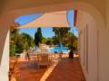 Terrasse du salon et de la piscine du location privé.